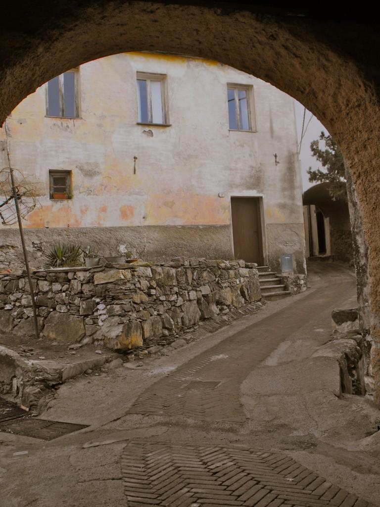 La maison Saint-Jean à restaurer depuis le toit jusqu'à la bergerie du rez de chaussé aménagée provisoirement en poulailler.