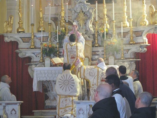 Don Giovanni célèbrant la messe solennelle de Saint Benoît.