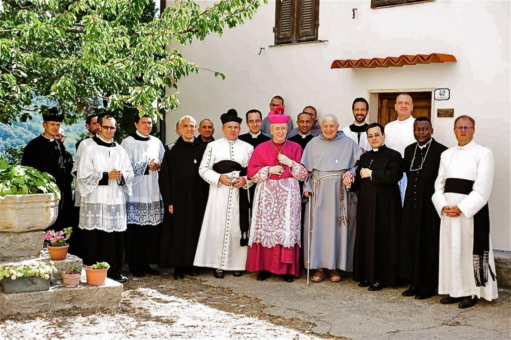 S.E. Oliveri mit Pater Stefano Manelli, dem Pfarrer von Villatalla und zahlreichen Priestern der Diözese.