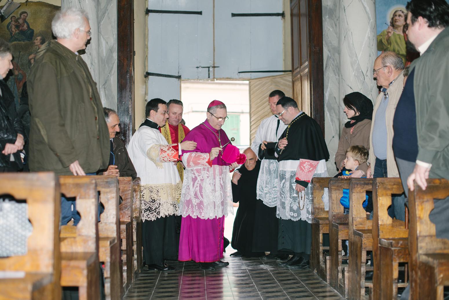 All'ingresso della Chiesa: benedizione dei fedeli e del clero.