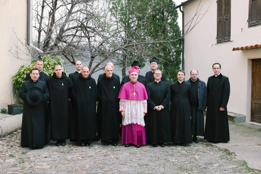 Parte del clero intorno a Mgr Borghetti.