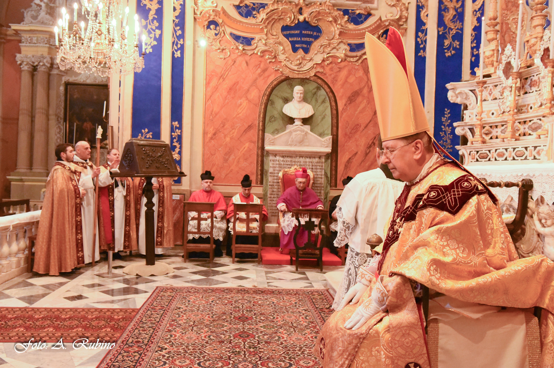 Il vescovo emerito e il vescovo diocesano, con accanto i parroci di Dolcedo e Villatalla