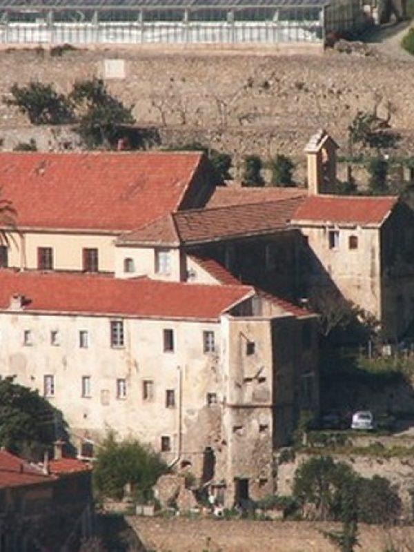 Le monastère et ses toits endommagés